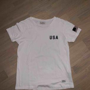 Snygg t-shirt med text och en flagga på ena armen. Använd några gånger och är väldigt skön<3