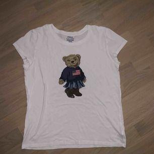 Snygg t-shirt med nallebjörn på, använd några gånger men märks inte<3