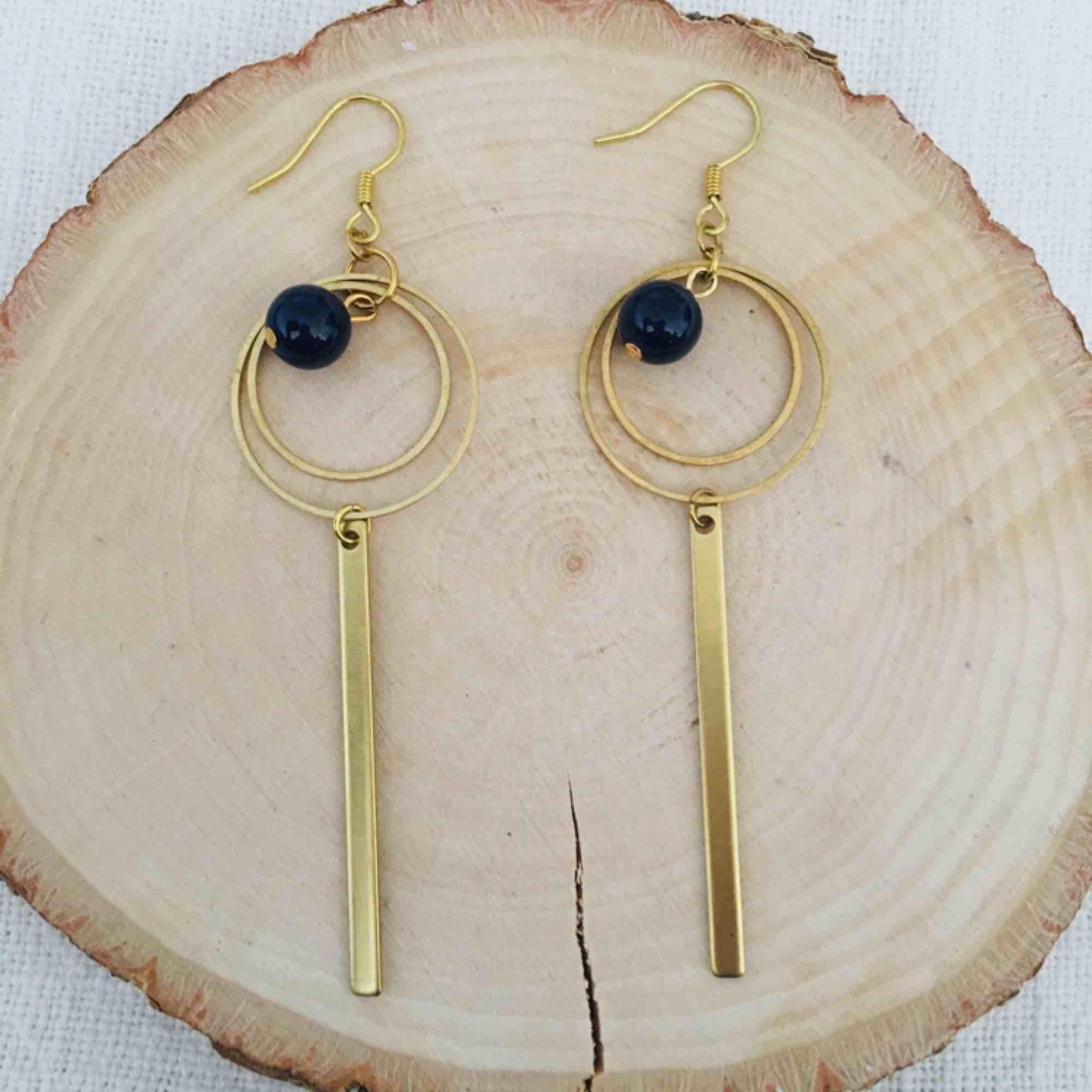 Handgjorda örhängen i mässing med blå pärla/sten. Frakt 9 kr. Accessoarer.