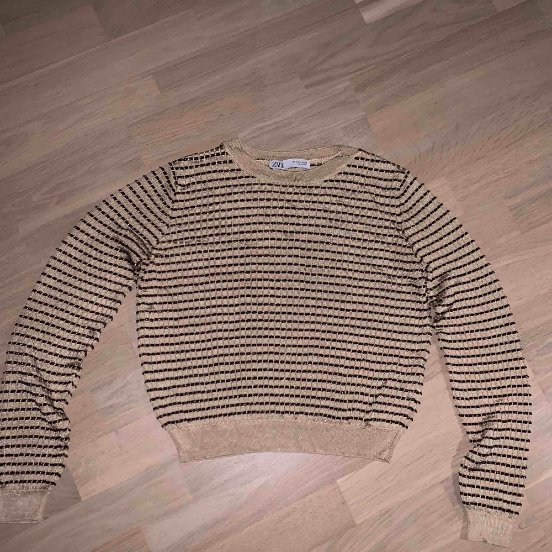 Cool långärmad tröja som är guldig och brun, aldrig använd<3. Tröjor & Koftor.