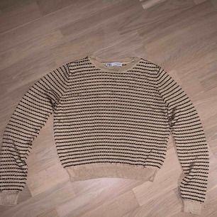 Cool långärmad tröja som är guldig och brun, aldrig använd<3