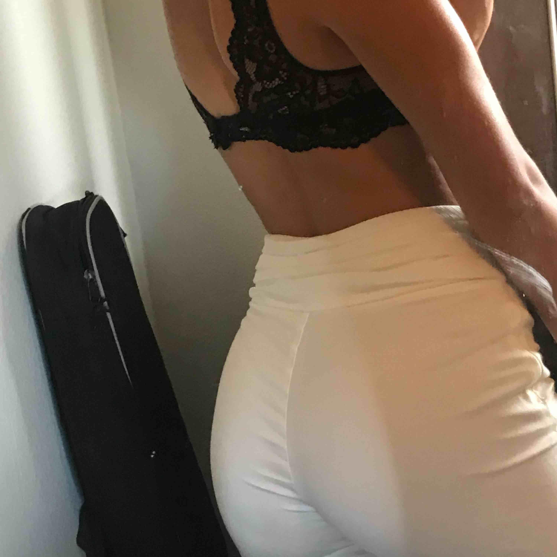 Snygga vita utsvängda byxor. Storlek S. Bra skick och knappt använda. Köpare står för frakten☺️. Jeans & Byxor.