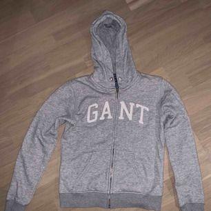 Grå munktröja från Gant, använd ganska mycket men syns inte<3