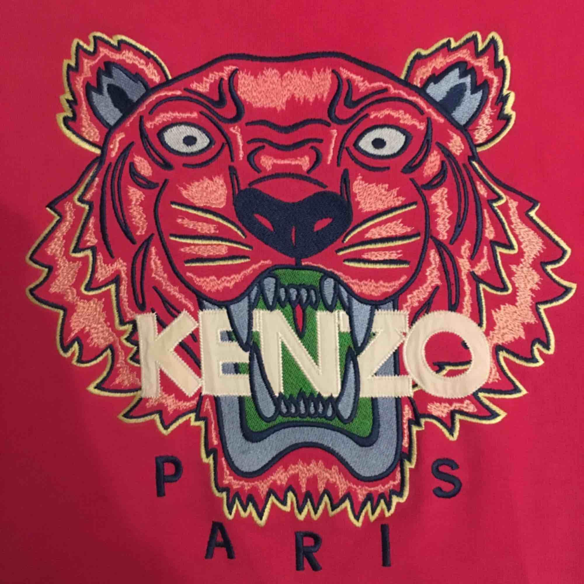 Rosa sweatshirt från Kenzo. Superbra passform och använd ett fåtal gånger! Nypris: 2300 kr. Säljer på grund av att den inte används så mycket. Frakt ingår i priset! (Betalning via Swish). Tröjor & Koftor.