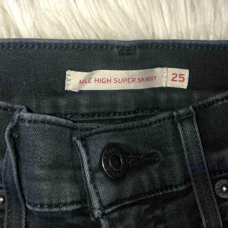 """Levis Mile high jeans, mile high är modellen som är väldigt hög midjade. Pga av att jeansen inte är """"supersvarta"""" längre, (se bilderna) så har jag gått ner i pris mycket, inga skador eller så. Sitter som ett smäck. Jeans & Byxor."""