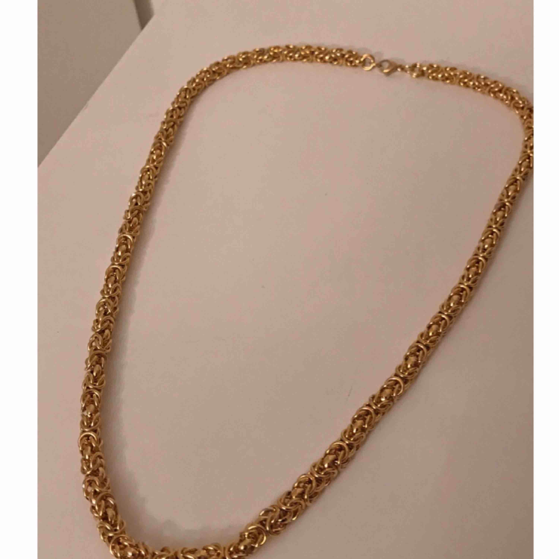 En fin oanvänd guldfärgad kedja ✨  Köparen står för frakten . Accessoarer.