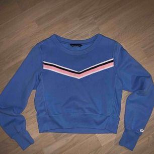 Blå varm tröja med ränder på fram och baksida. Väldigt mysig inne i tröjan. Bara använd några Gånger, och är köpt i USA
