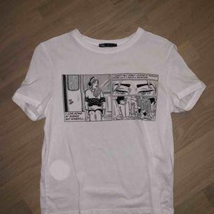 Cool vit t-shirt med svart tryck, aldrig använd<3
