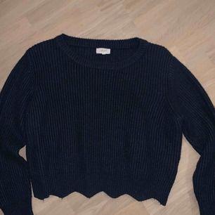 Mörkblå stickad tröja köpt i Frankrike, väldigt varm och skön, använd ganska mycket men syns inte<3