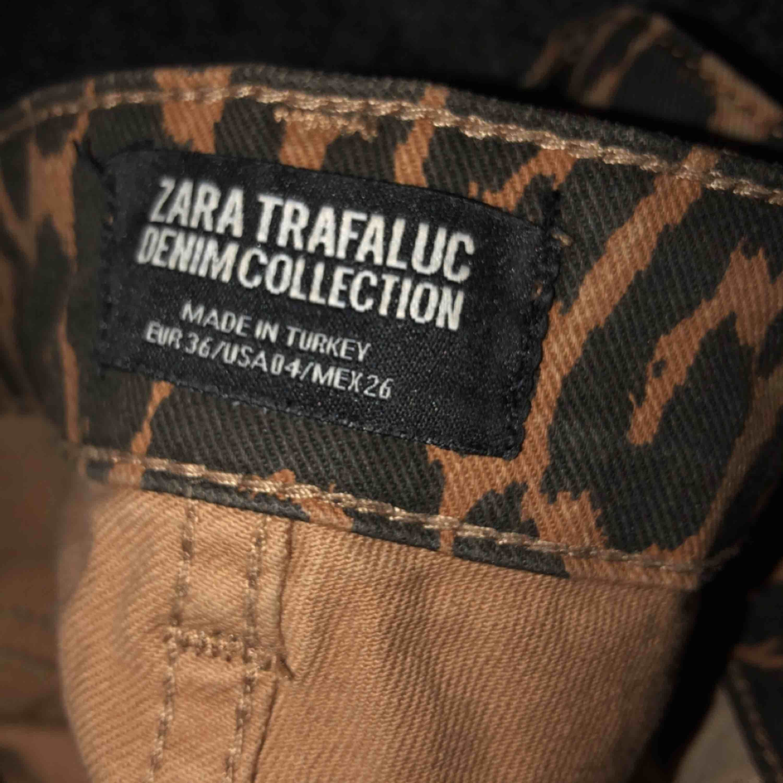 Leopard byxor strl 36 från zara! Använder inte men snygga! . Jeans & Byxor.