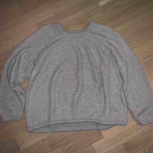 Grå stickad tröja väldigt varm och snygg, aldrig använd<3