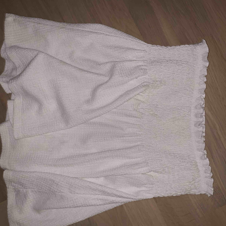 Vit snygg kjol och bara använd några gånger, väldigt snygg<3. Kjolar.