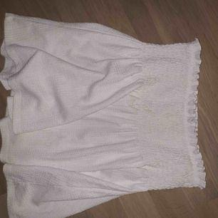 Vit snygg kjol och bara använd några gånger, väldigt snygg<3