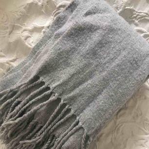 Rejäl halsduk från Monki. Färg grå Ord pris 299kr