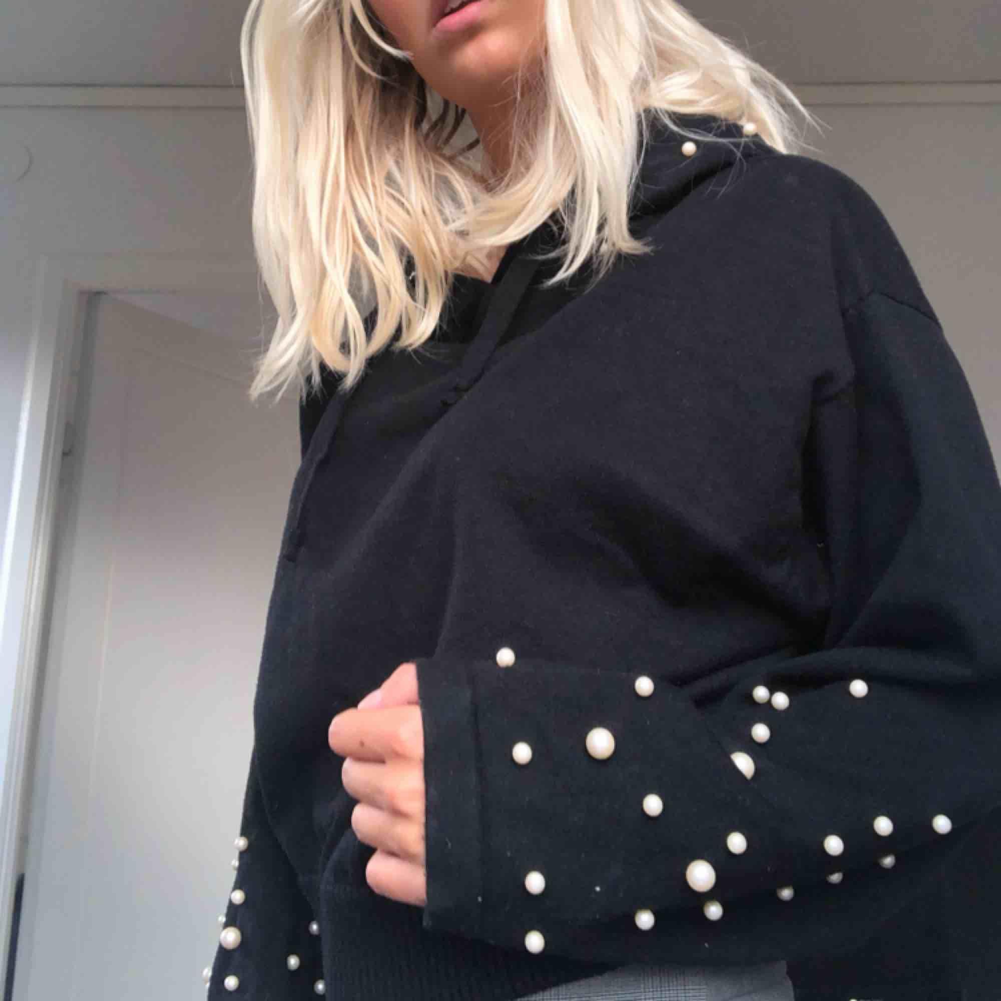Jätte fin hoodie med pärlor på ärmarna och luvan. Knappt använd då jag har väldigt många andra hoodies. Den är i storlek M men är ganska liten i storleken. . Tröjor & Koftor.