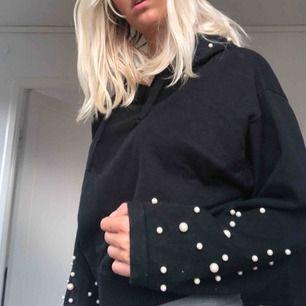 Jätte fin hoodie med pärlor på ärmarna och luvan. Knappt använd då jag har väldigt många andra hoodies. Den är i storlek M men är ganska liten i storleken.