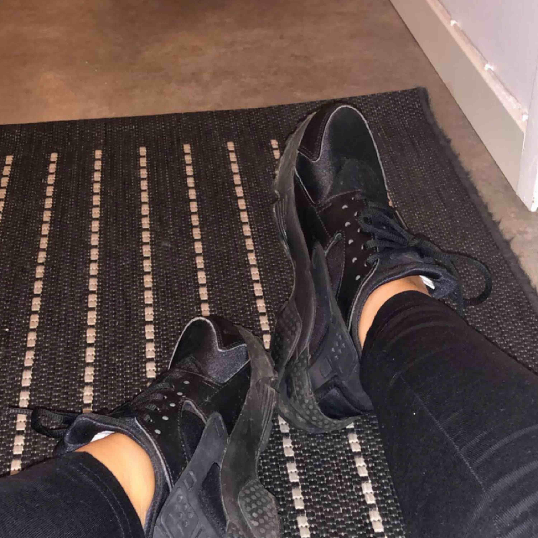 Nike hurache i stl 36,5. Jag har vanligtvis 36-37 och dem passar perfekt! Använda en gång. . Skor.