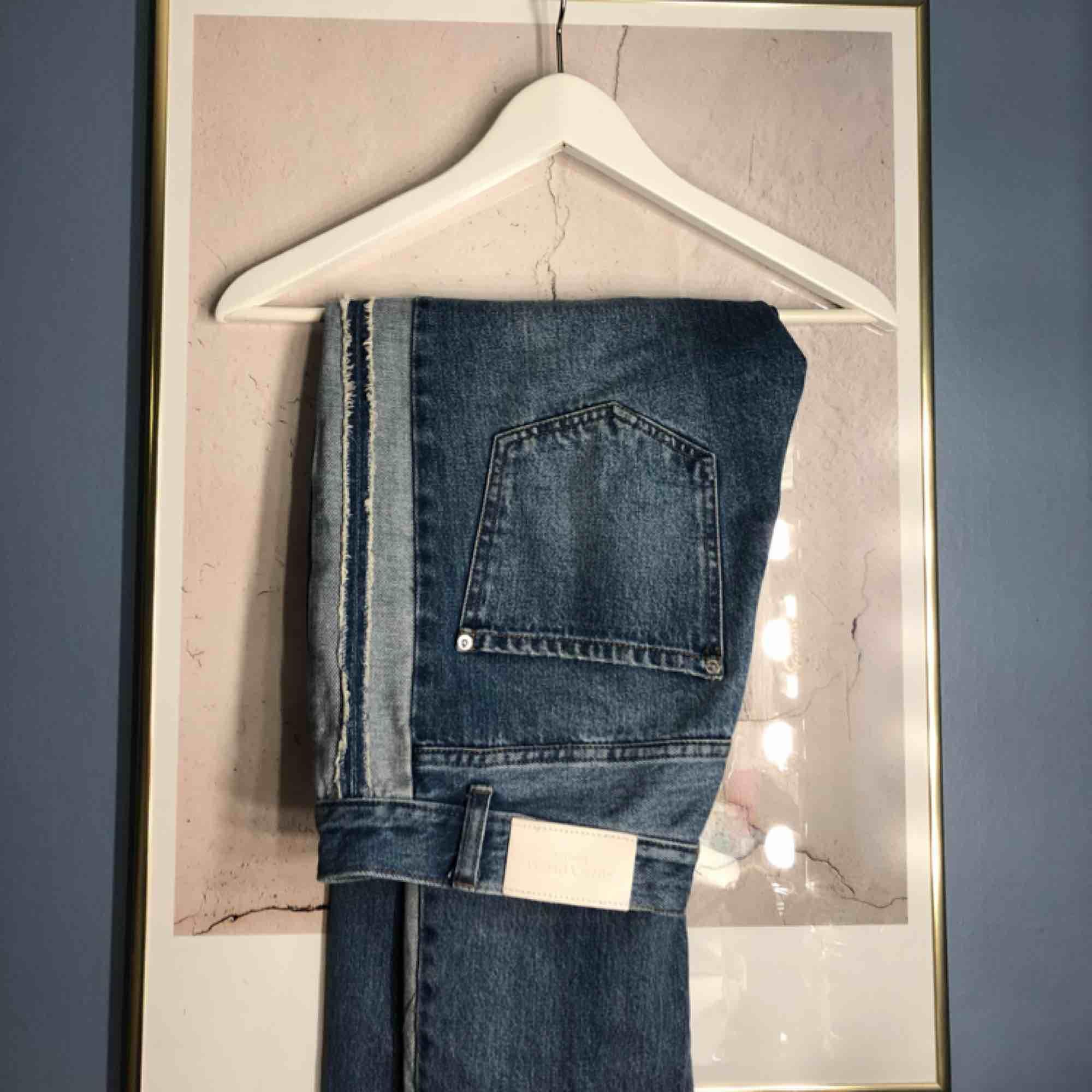 Mom jeans från mango i storlek 38. Lite sönder vid en sån hylsa man har skärpet i. Köparen står för frakten. Jeans & Byxor.