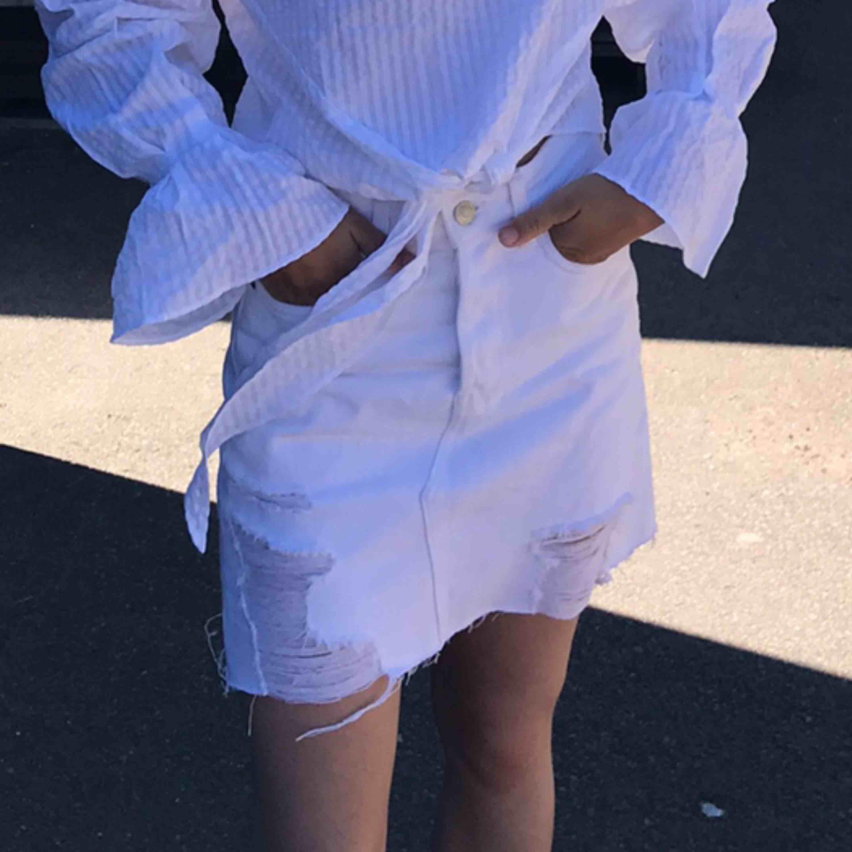 Sliten vit jeanskjol säljes pga för stor, kan mötas upp i kungsbacka/göteborg annars tillkommer frakt . Kjolar.