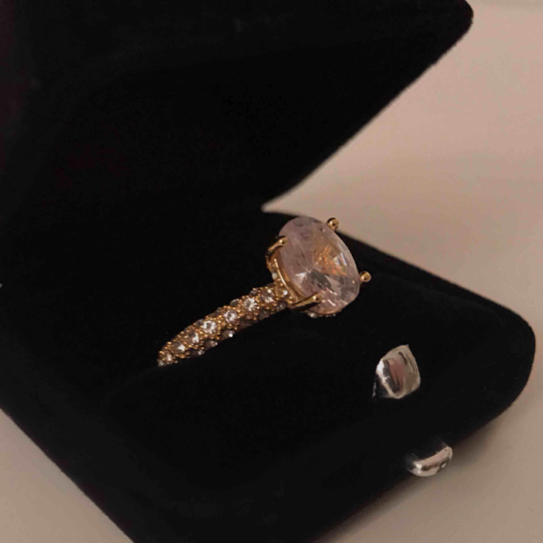 "Jätte fin guldaktig ""diamant"" ring ✨ Exakta storlek på ringen: 17 Fri frakt!. Accessoarer."