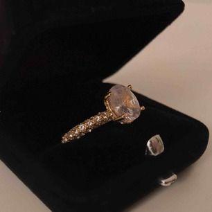 "Jätte fin guldaktig ""diamant"" ring ✨ Exakta storlek på ringen: 17 Fri frakt!"