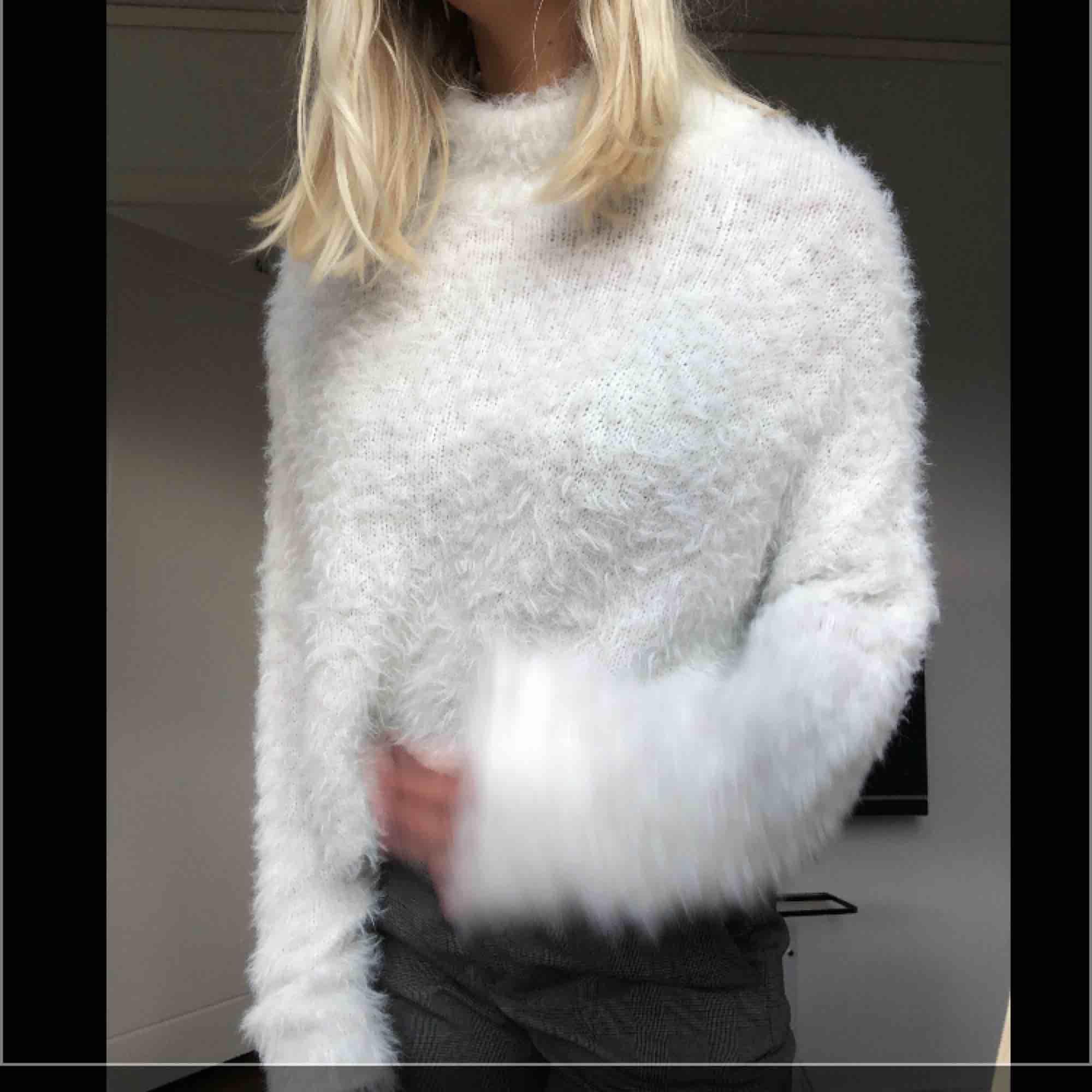 Jätte mysig stickad fluffig tröja ifrån Gina tricot. Använd fåtal gånger. . Stickat.