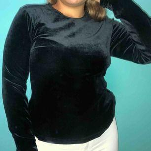 Svart velvet långärmad tröja 💛 Storlek M 💛 Möts upp eller köparen står för frakt!