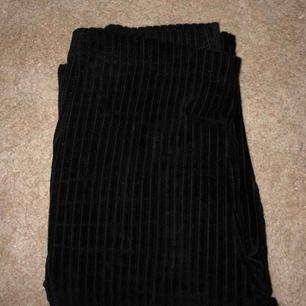 Passar som XS också, stretchigt material. Köpt på Urban Outfitters. Säljer pga för långa. Är 162 lång. Ord pris ca 400 kr. Bootcut, Väldigt mjuka och fina. Lite trasiga i ena slutet på byxan men inget som syns.