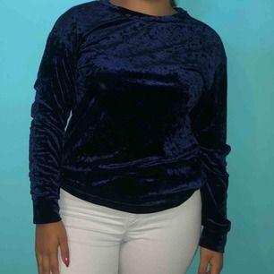 Mörk blå velvet långärmad tröja 💛 Storlek XS, men kan passa om man är S. Det sitter tajtare än på bilden om man är M 💛 Möts upp eller så står köparen för frakten!  ❗️Första kunden att höra av sig får tröjan❗️