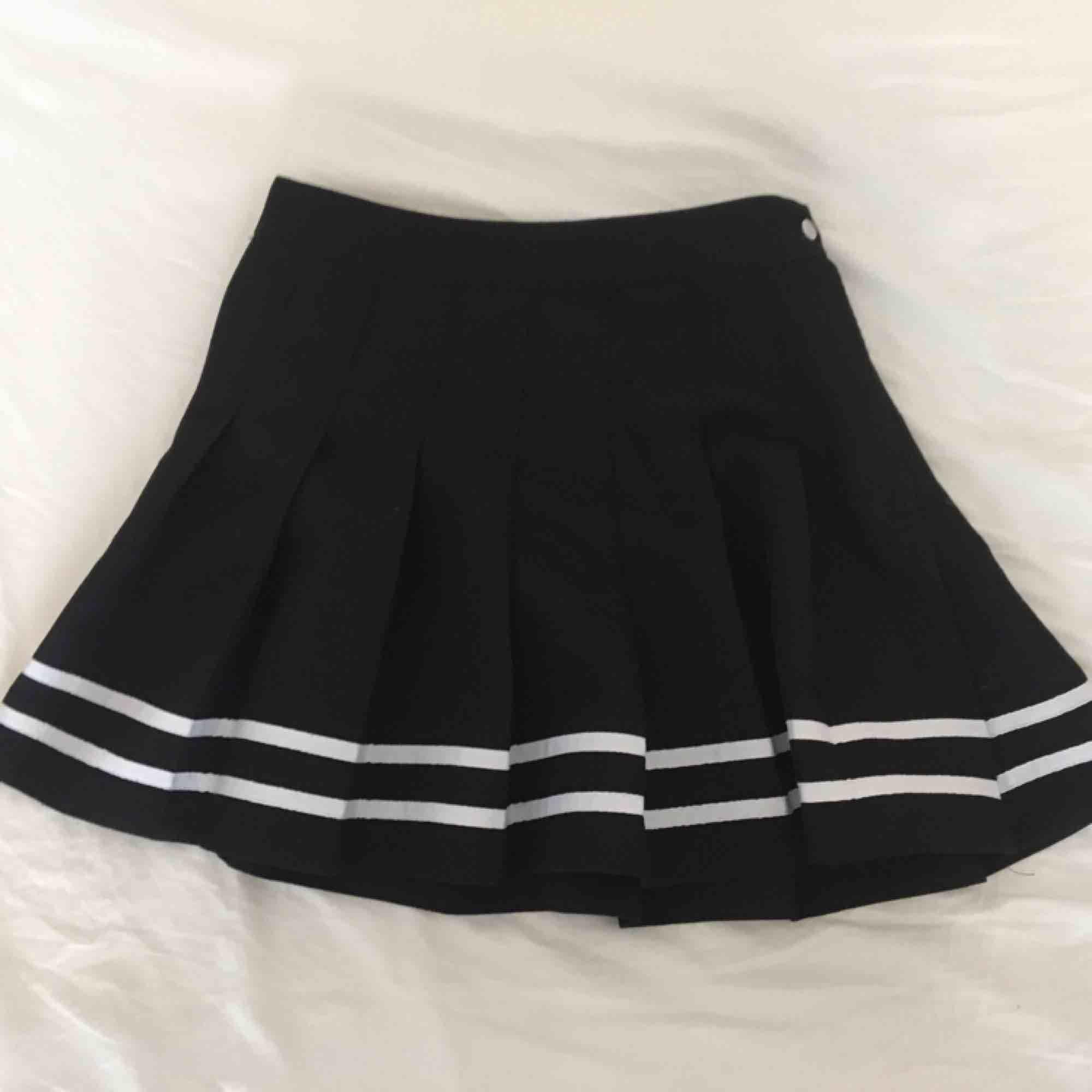 Fin skater kjol från H&M i svart med vit rand detalj. Storlek 36 💖. Kjolar.