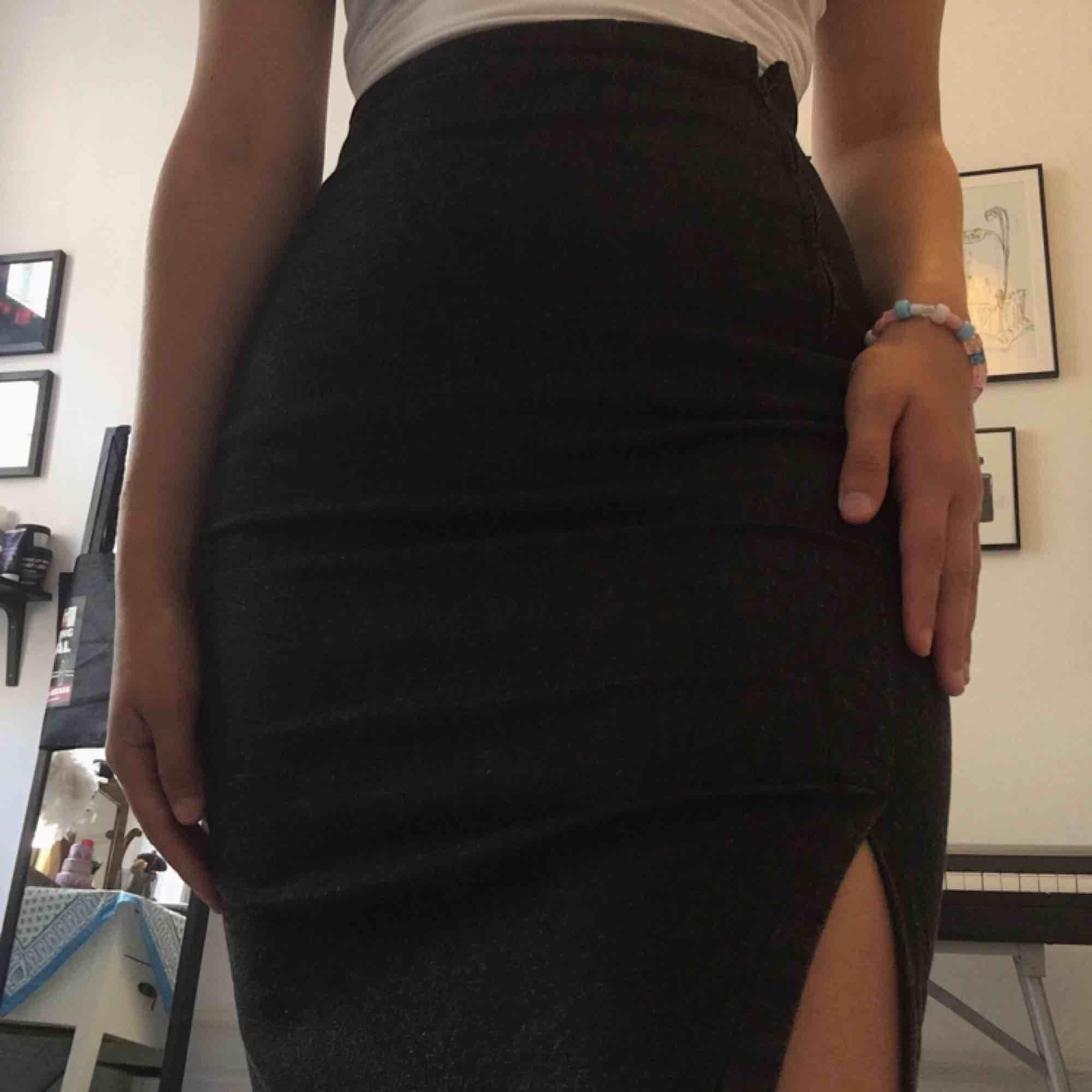 Pencil skirt från Vero Moda i svart-grått med låg slits. Ändast prövad. Storlek 34 men passar mig som är 36 i midjan 💖. Kjolar.