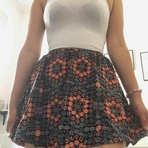 Söt mönstrad kjol ifrån topshop. Är man lång kan den vara lite kort. Storlek 34 💖
