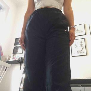 Snygga marinblåa byxor ifrån Champion. High waisted och stretchig midja. Storlek M 💖