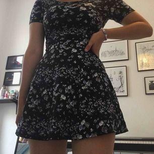 Söt blommigt mönstrad klänning ifrån H&M. Stretchigt material. Storlek 34 💖