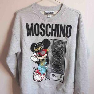 Grymt snygg tröja från Moschino x hm. Slutsåld överallt. Helt oanvänd.