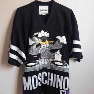 Grymt snygg oversized t-shirt från Moschino  x hm. Helt oanvänd. Slutsåld överallt!