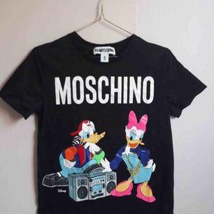Grymt snygg t-shirt från moschino x hm. Oanvänd. Helt slutsåld överallt.