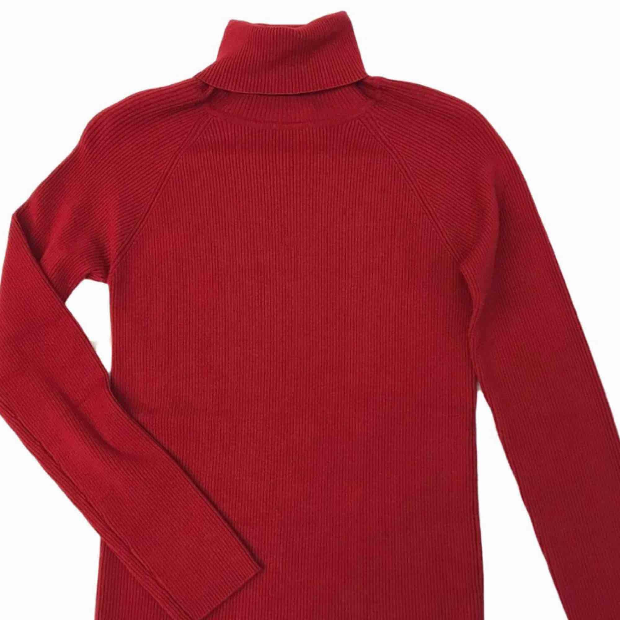 Röd ribbad polo tröja köpt second hand. Frakt på 36kr tillkommer :) . Toppar.