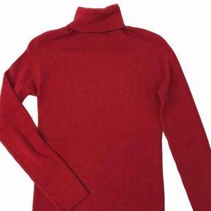 Röd ribbad polo tröja köpt second hand. Frakt på 36kr tillkommer :)
