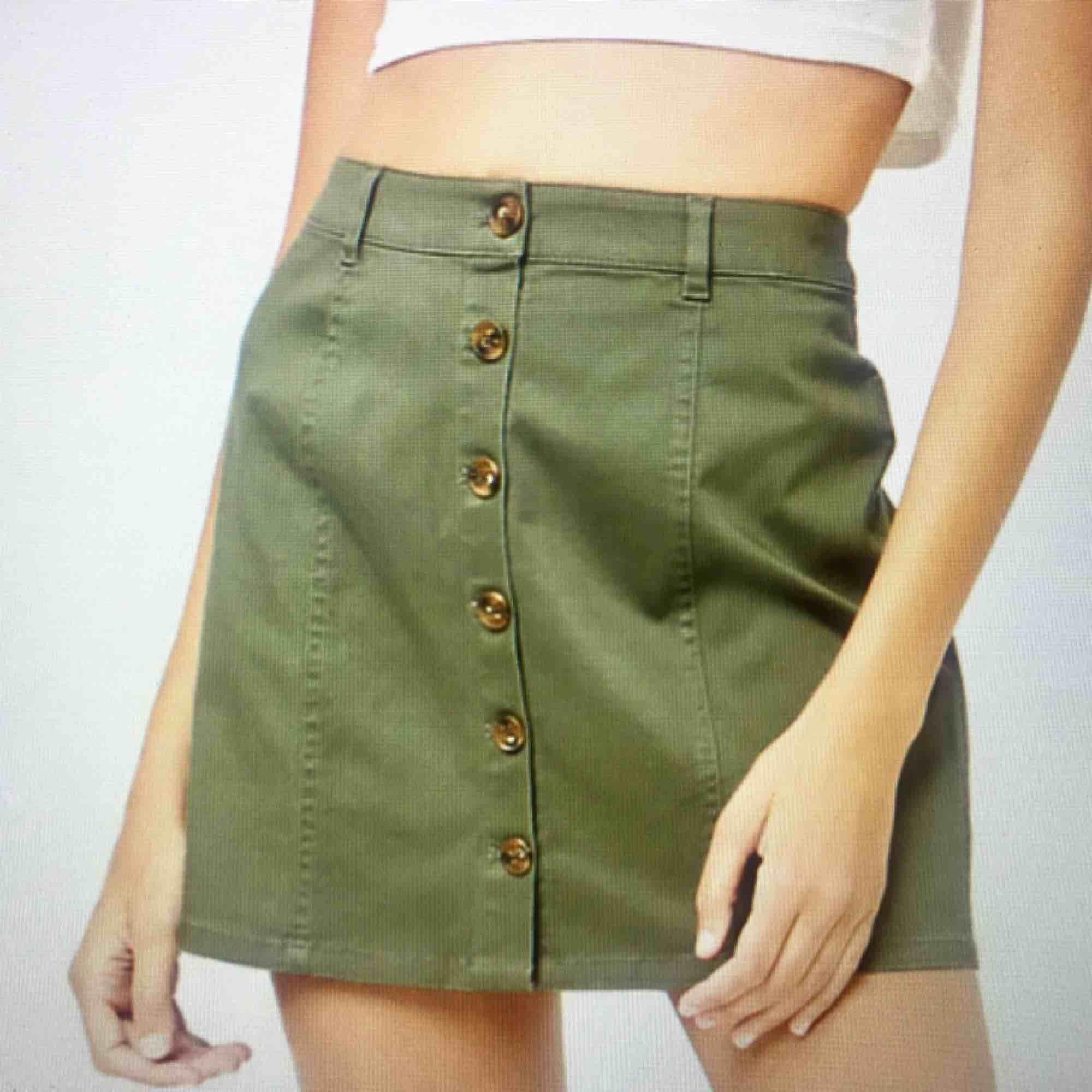 Militärgrön kjol med knappar. Använd ett fåtal gånger. Frakt på 20kr tillkommer :). Kjolar.