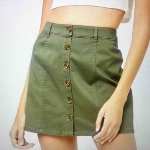 Militärgrön kjol med knappar. Använd ett fåtal gånger. Frakt på 20kr tillkommer :)