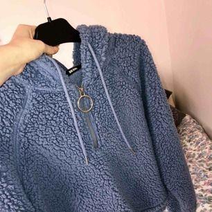 """Mysig blå """"hoodie"""" från BikBok, köpt för ungefär ett halvår sedan. Använd 1-2 ggr. Säljes för är inte min stil. ❤️❤️❤️🤪 Betalas med SWISH och frakt tillkommer. //R"""
