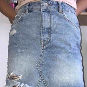 Jeanskjol från ginatricor som knappt är använd, köpt för 300kr!! Frakt tillkommer