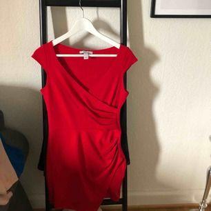 Röd klänning. Använd 2-3 gånger. Frakt tillkommer.