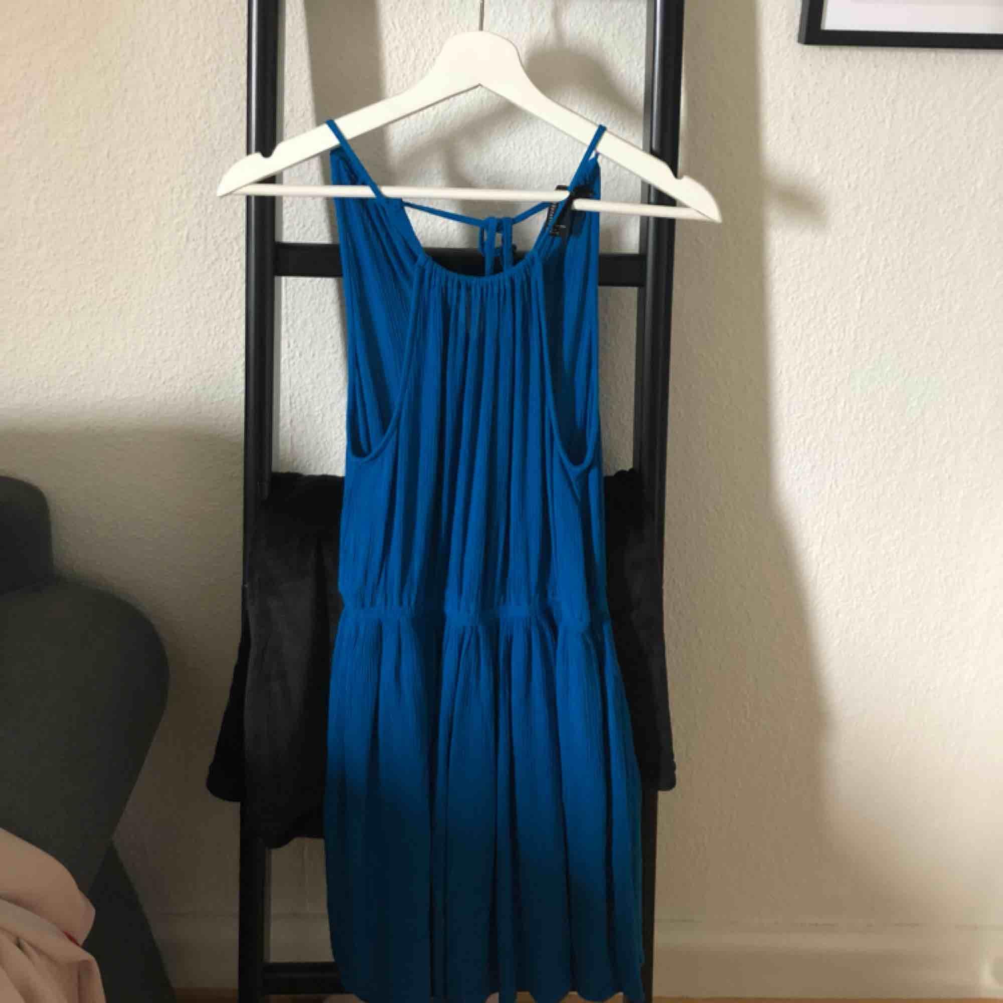 Blå klänning. Använd 3-4 gånger. Frakt tillkommer.. Klänningar.