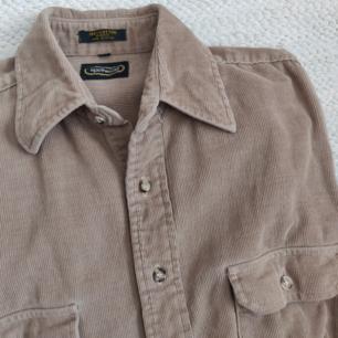 Jättesnygg beige manchesterskjorta köpt på Beyond Retro garage sale. Jag har använt den som en uppknäppt oversized