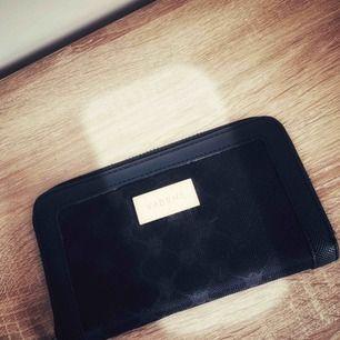Plånbok i svart tyg med gulddetaljer med flera fack som försluts med dragkedja, använd ett fåtal gånger 🍂🍁