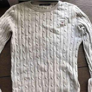 Ribbad Gant pullover, bra skick! Kan hämtas upp eller postas, då tillkommer frakt! :)