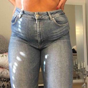 Stretchiga jeans som är tighta hela vägen och väldigt sköna i riktigt bra skick. Möts upp i Uppsala eller så betalar du frakt.