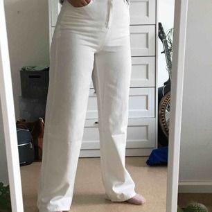 Ett par jättefina vita jeans från boohoo i storlek 38. Prislappen sitter fortfarande kvar då jag råkade beställa två par vita jeans. 🤧Möts upp i Stockholm, kan även frakta (+63 kr frakt) 💓